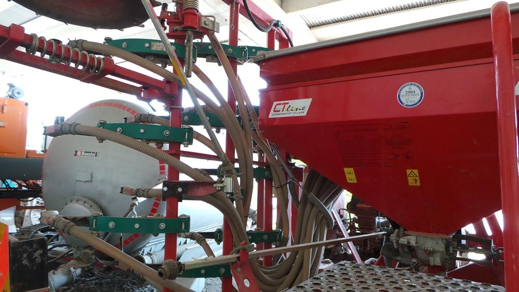 La seminatrice Kverneland CT Line usata dai Burato anche sui terreni destinati all'agricoltura biologica.