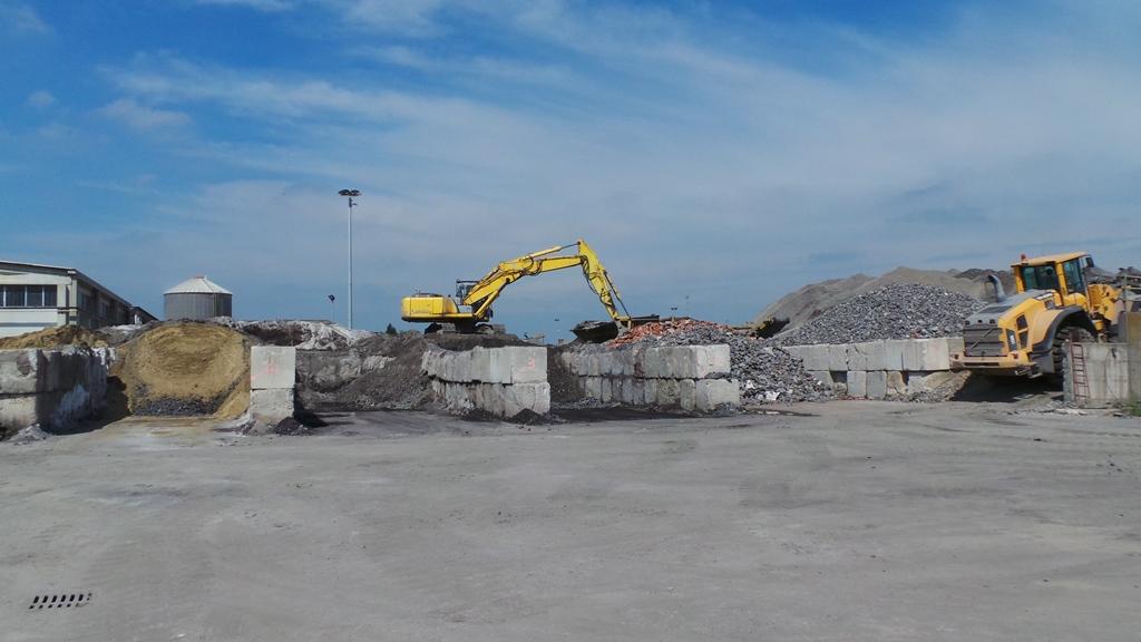 Tra le numerose attività dei fratelli Burato vanno annoverate anche quelle dell'autotrasporto e del riutilizzo di materiali di scarto delle costruzioni.