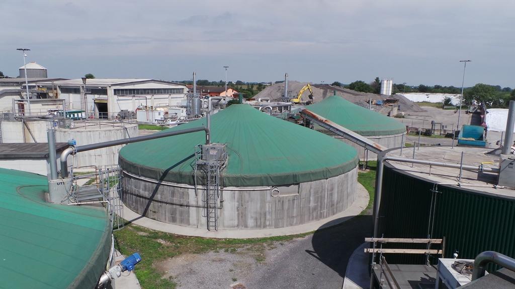 Visione dall'alto di una parte dei due impianti per la produzione di biogas di Mantovagricoltura alimentati da scarti  e sottoprodotti di diversa origine e solo per il 25% da mais trinciato.