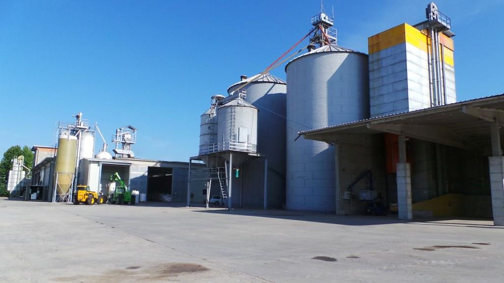 La Speziali Snc dispone di una capacità di stoccaggio di oltre 200 mila quintali, con tre impianti dedicati al mais e tre dedicati al riso per poter effettuare lavorazioni contemporanee di partite diverse di prodotto tenendole ben separate tra di loro.