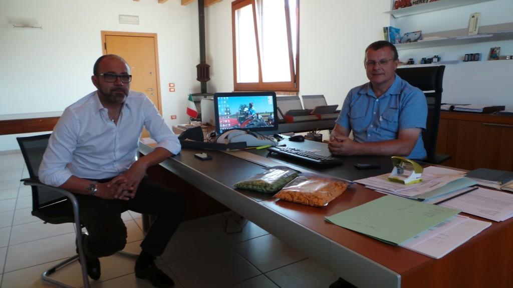 A destra Marco Speziali, titolare dell'azienda agricola Speziali, insieme a Sandro Battini, direttore commerciale Kverneland Group Italia.