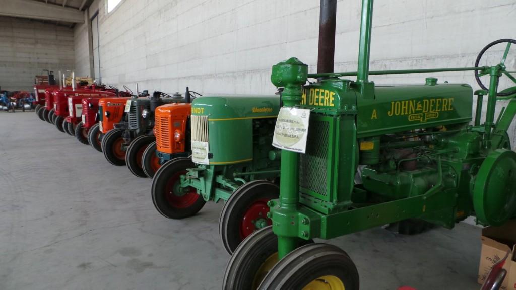 Una parte dell'ampia collezione della Speziali dei trattori usati in oltre 150 anni di attività in agricoltura.