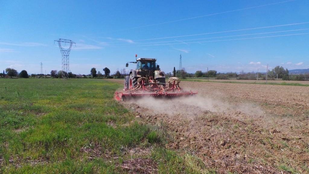 Il Qualidisc al lavoro su un terreno che presenta abbondanti residui colturali e un notevole inerbimento.