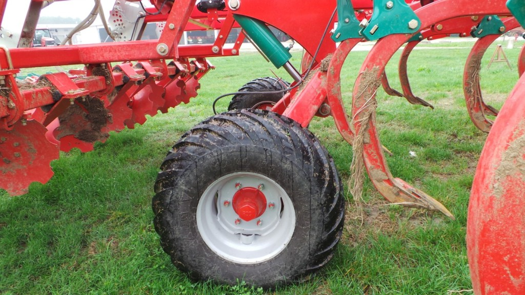 La regolazione della profondità anteriore di lavoro è assicurata da due grandi ruote che permettono all'attrezzatura un ottimo galleggiamento, anche con terreni soffici.