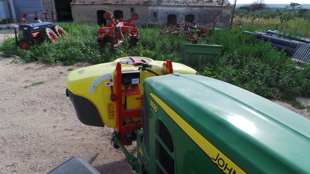 Come si vede dalla foto, il serbatoio frontale non reca alcun disturbo alla buona visibilità dalla cabina del trattore.