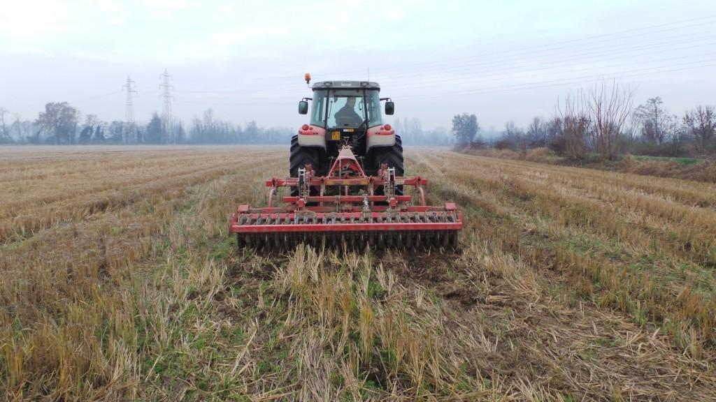 Il CLC entra in un campo con residui colturali molto abbondanti su un terreno ancora umido dalle recenti piogge.