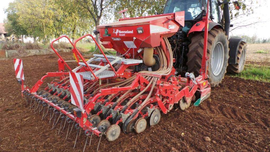 La seminatrice pneumatica Kverneland S-Drill Pro monta una barra di semina di nuova concezione con regolazione a parallelogramma, e il sistema Accord di distribuzione pneumatica del seme che consente volumetrie da 2 a 380 kg/ha.