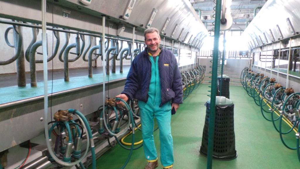 Giorgio Bendotti davanti all'impianto di mungitura di Westfalia.