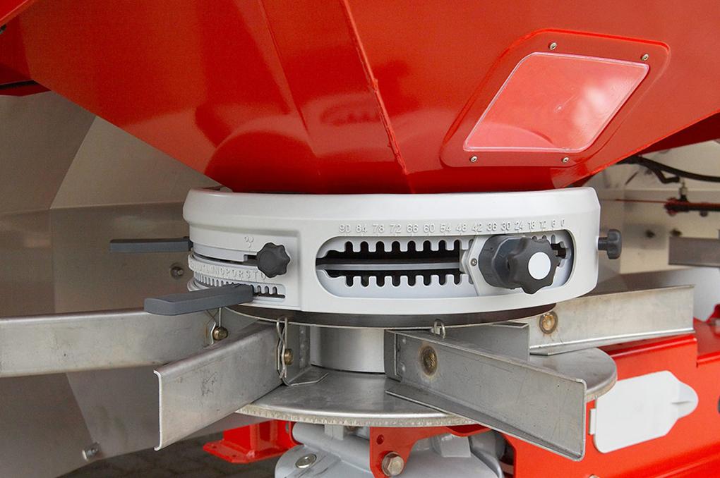 È un dispositivo montato su ogni disco che semplifica la regolazione dello spandiconcime. Due piatti dosatori azionati idraulicamente, ognuno dotato di tre aperture per lo scarico, assicurano un flusso uniforme del concime dalla tramoggia ai dischi di spandimento.