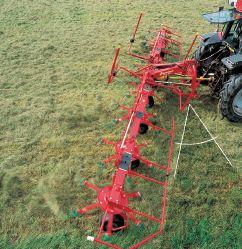 Per il lavoro ai bordi del campo l'angolazione della macchina può essere regolata dalla cabina del trattore in modo da impedire possibili dispersioni del foraggio.