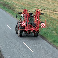In contrasto con la larghezza di lavoro da 9 m, il modello Kverneland Taarup 8090 è molto compatto in trasporto, in quanto la larghezza viene ridotta a 3 m.