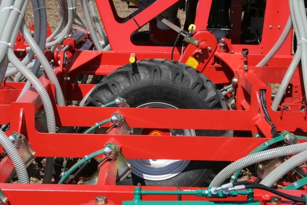 Le ruote montate al centro del telaio seguono in maniera perfetta il profilo del suolo anche in situazioni di terreni molto irregolari e quando si opera in collina.
