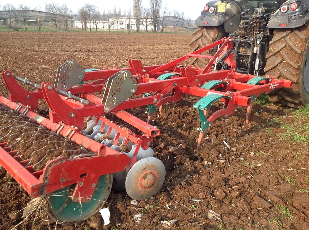 Il coltivatore Kverneland CLC Pro è dotato di tre tipologie di organi di lavoro, i denti ricurvi, i dischi e un rullo pareggiatore posteriore opportunamente sagomato.